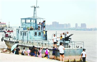 中国陆军退役舰艇陈列汉口江滩 网传为缴获日军巡逻艇实为地道国货
