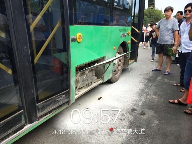 武汉一公交车烈日下突然起火 伴有轻微爆炸
