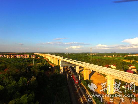 跨京广铁路游坊特大桥  -京九高铁昌赣段首段无砟轨道铺通 将打通武汉