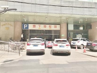 物业不顾法院判决反在车库入口设闸 金源大厦35个地下车位仍不让停车
