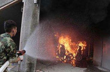 武汉居民楼电缆井起火,7人逃生被呛送医!浓烟时固守待援更安全