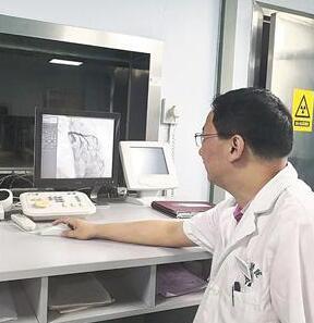 武汉健壮男子半夜踢球诱发心梗 医生5分钟内狂奔回医院及时打开生命通道