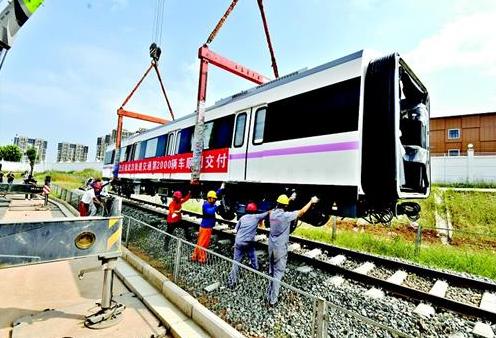 武汉地铁喜提第2000辆列车 江豚、黄鹤等武汉元素融入设计