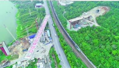 汉十高铁T构梁成功旋转74度 重约1.4万吨 相当于一万台小轿车