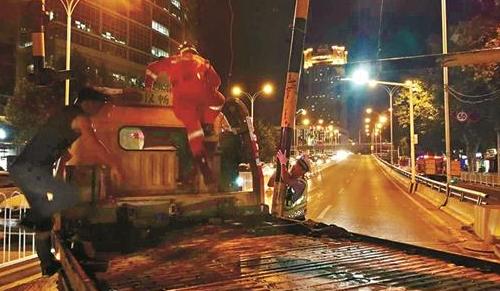立交桥限高梁突然脱落 民警和消防官兵合力排除险情