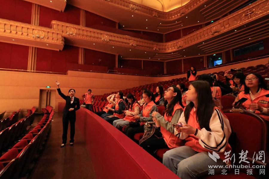 C:\Users\C1748\Desktop\07-大学生记者们被琴台音乐厅的大气高雅所惊艳(大学生记者邵壮摄)_副本.jpg