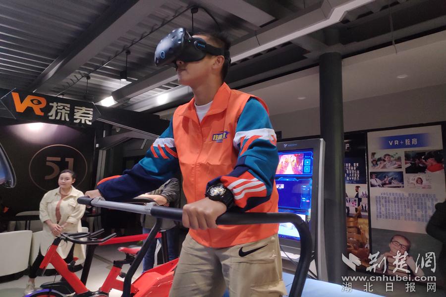C:\Users\C1748\Desktop\14-大学生记者在汉阳造创意街区体验VR设备(大学生记者曲登辉摄)_副本.jpg