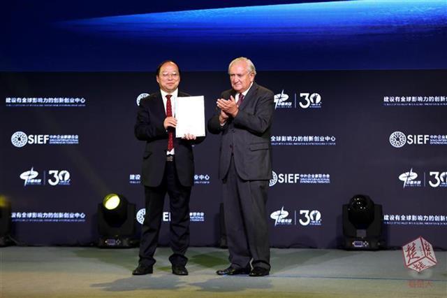 """光谷""""达沃斯""""在汉开幕 法国前总理拉法兰受聘光谷高级顾问"""