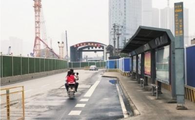 徐家棚地铁换乘公汽要走一站路 受限于道路施工公交不能配套