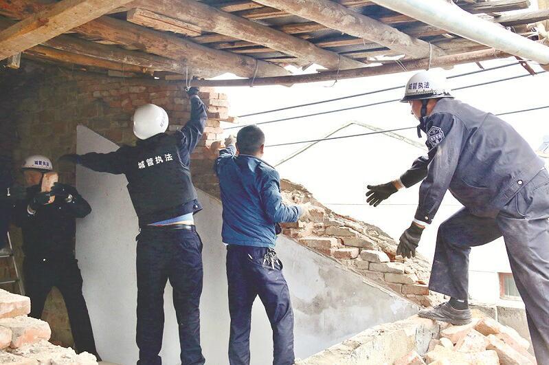 村民为获得额外补偿 租来20个千斤顶托起屋顶加层违建妄骗补偿