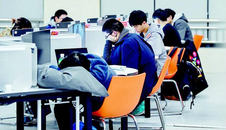武大图书馆里学生通宵备考