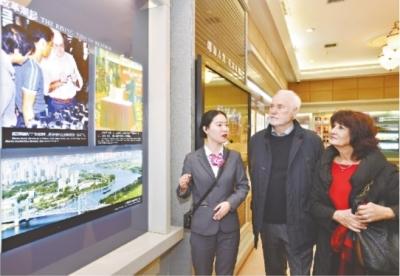 """光谷给7名外籍华人发放""""中国绿卡"""" 持证人可享近国民化待遇"""