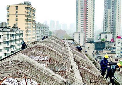武汉一天拆除3万多平方米违建 酒店违规加盖40间客房被强拆