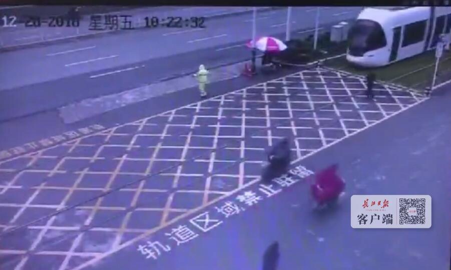 武汉一行人与光谷有轨电车发生碰撞 幸未受伤