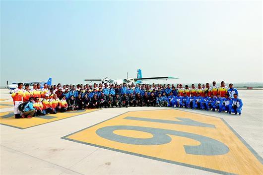 湖北日报讯 图为:昨日,从河南安阳飞抵汉南通航机场的飞机和机组人员合影留念。(视界网 张敏 摄) (记者唐晓安、通讯员周明德、张敏)昨日11时45分,一架蓝白相间、涂有中国航空运动协会标识的运-12飞机,稳稳地降落在武汉市汉南通航机场1600米跑道上。这是该机场自建成运营以来降落的首架飞机,也是即将拉开帷幕的世界飞行者大会飞抵赛场的首架飞机。 汉南通航机场,是继随州、荆州、荆门和仙桃之后,我省第五座投入使用的通航机场,也是全省已建成投入使用的最大通航机场。 当日,该机场共有5架飞机降落,其中2架用
